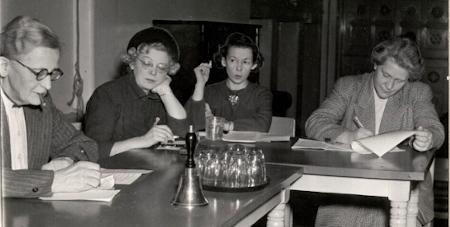 Fire kvinder ved et bord